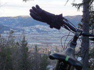 Sykkel, hansker og utsikt