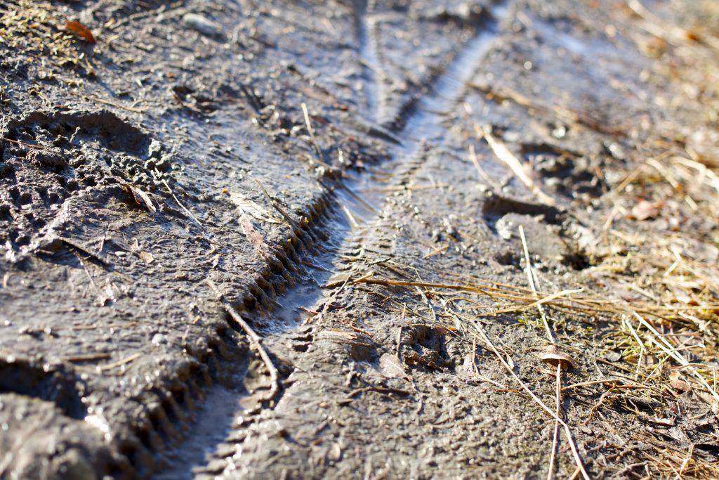 Dekkspor i våt grus