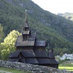 Gammel stavkirke ned mot Lærdal