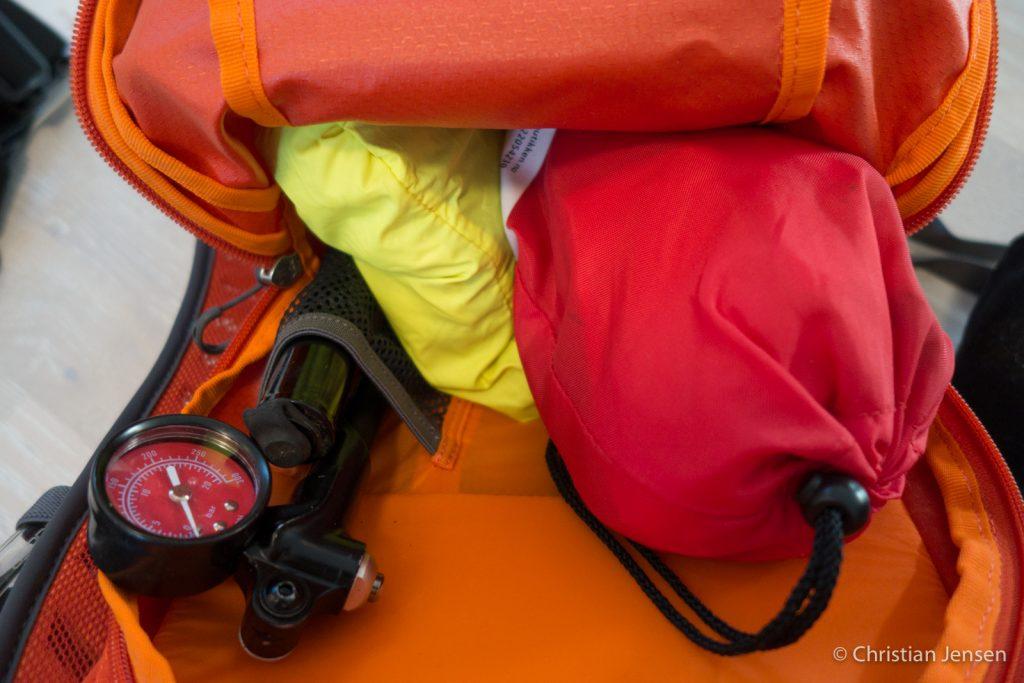 Regnjakke og førstehjelpsutstyr tar mye av plassen