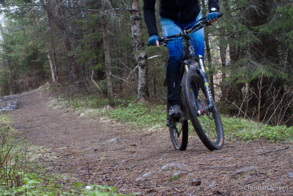 Ivrig syklist i oppoverbakke