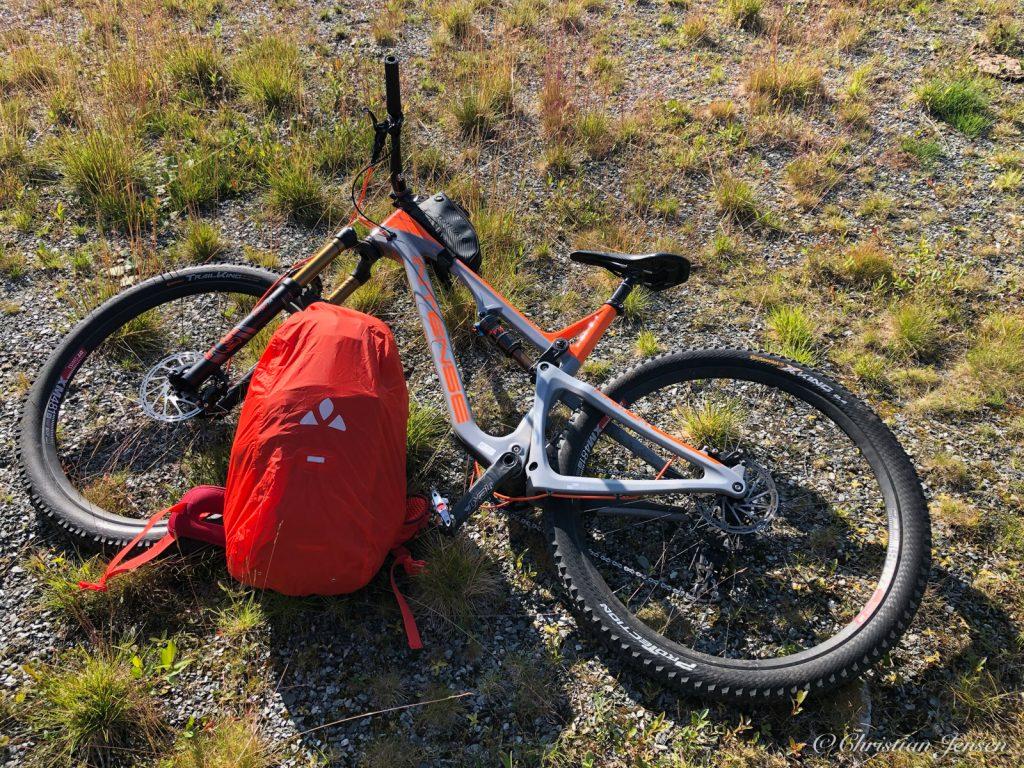 Sykkel og sekk klar til tur
